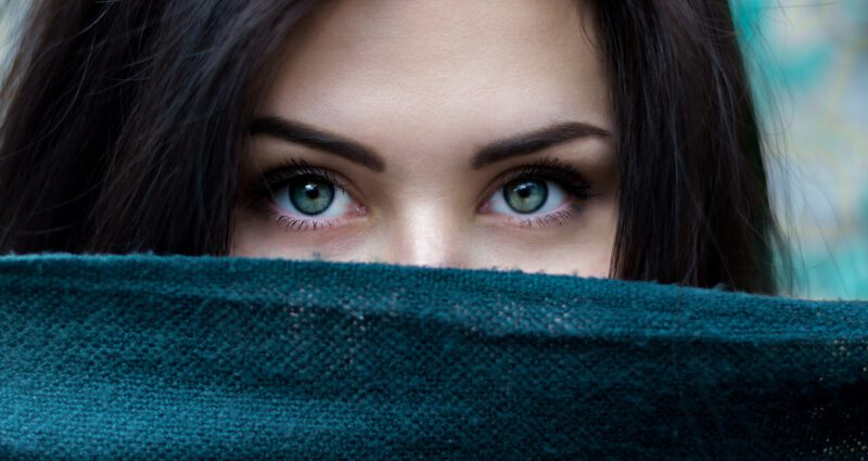 Zabiegi kosmetyczne stosowane przy brwiach, czyli na czym polega laminowanie brwi
